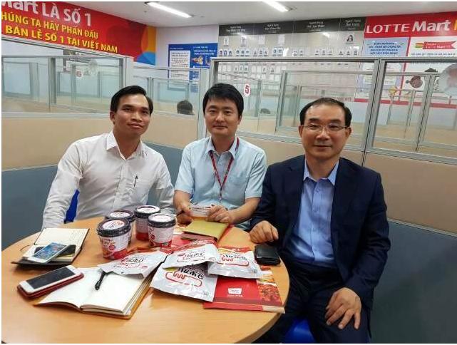 Ban lãnh đạo công ty cổ phần Phúc Thịnh với thương hiệu PHUCTHINH FOOD làm việc với trưởng phòng mua của hệ thống siêu thị LOTTE Mart Việt Nam